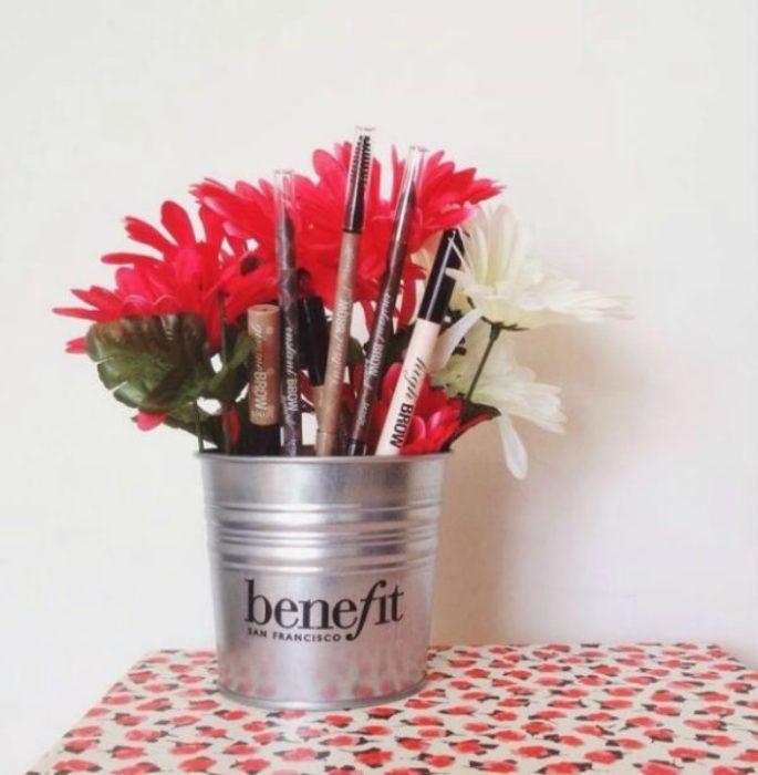 jarra com flores e maquiagem