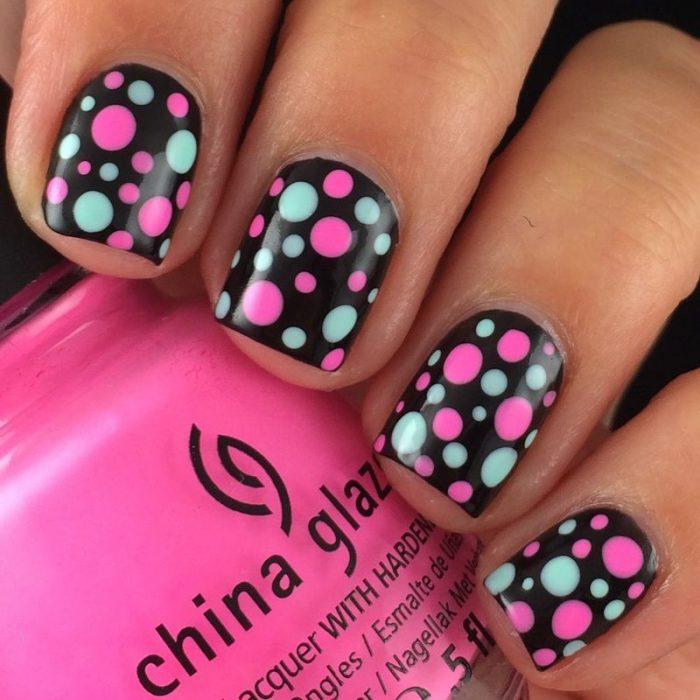 Unhas pretas com pontos coloridos