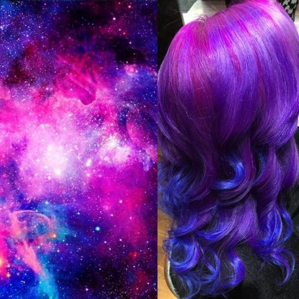 Menina com cabelo em tons cósmicos