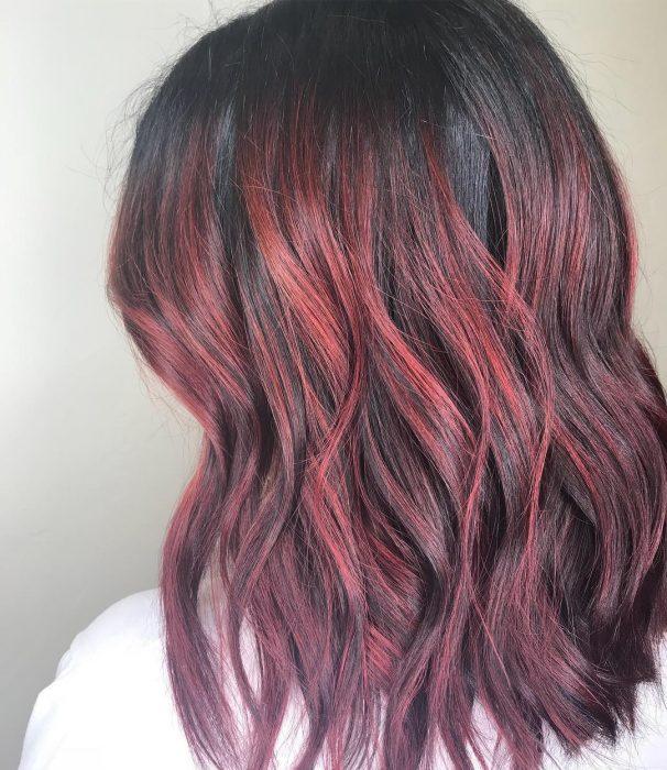Menina com cabelo ruivo vinho nova tendência do instagram
