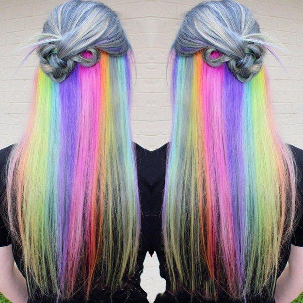 Menina com cabelo arco-íris escondido entre cabelos grisalhos