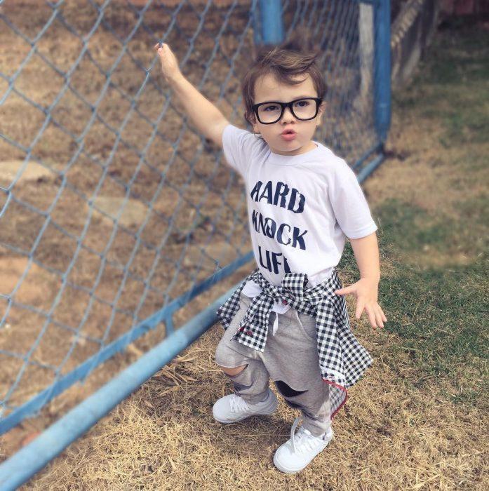 bebê com copos de macarrão