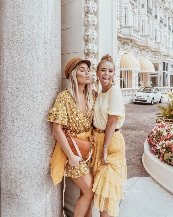 Loiras na rua com roupas em tons de amarelo
