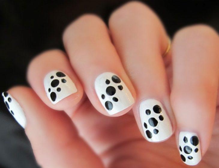 Unhas pretas e brancas com pontos