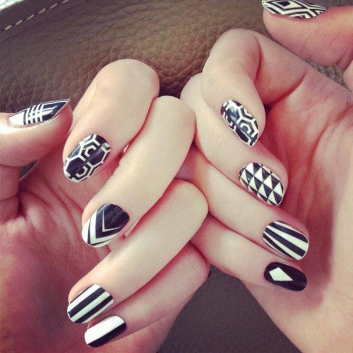 Unhas pretas e brancas com formas geométricas