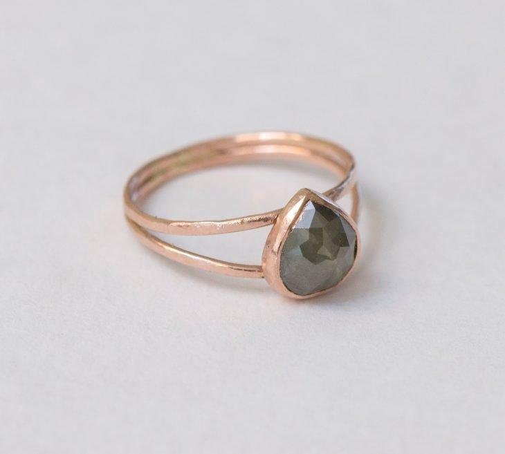 anel com queda de pedra