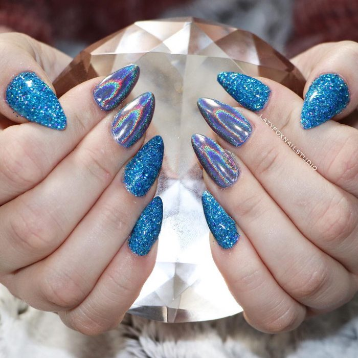 Unhas Stilletto com design de glitter azul