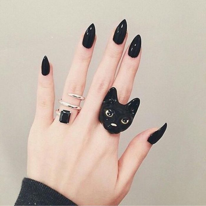 Unhas Stilletto com design preto