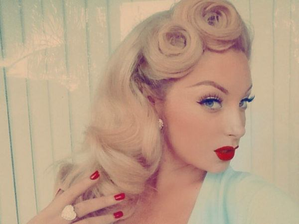 hairstyles-pin-up-blonde-big-curlers