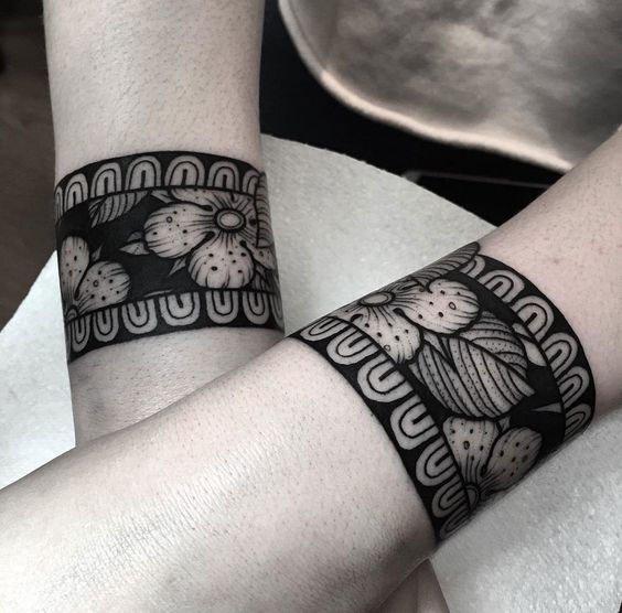 Pulseiras grossas com tatuagem de flores