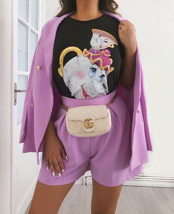 Menina modelando vestido roxo com blusa estampada de A Bela e a Fera