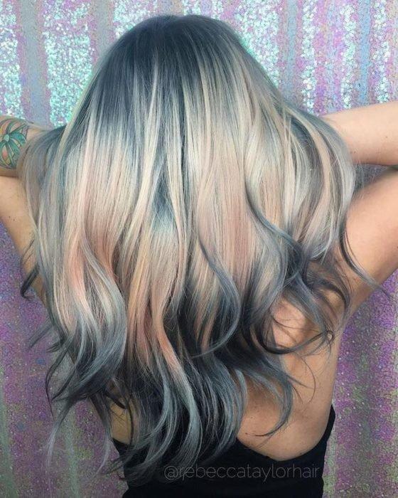 Menina com cabelo loiro mostrando seus reflexos azul acinzentados