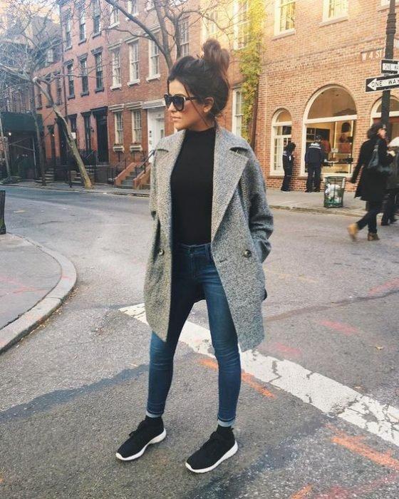 menina com casaco e tênias