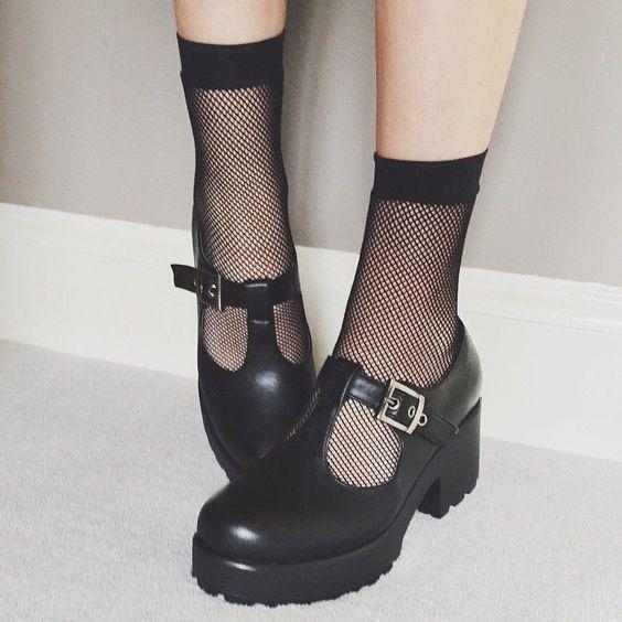 Garota usando meias arrastão curtas com sapatos com fivela, fendas, salto alto e plataforma larga