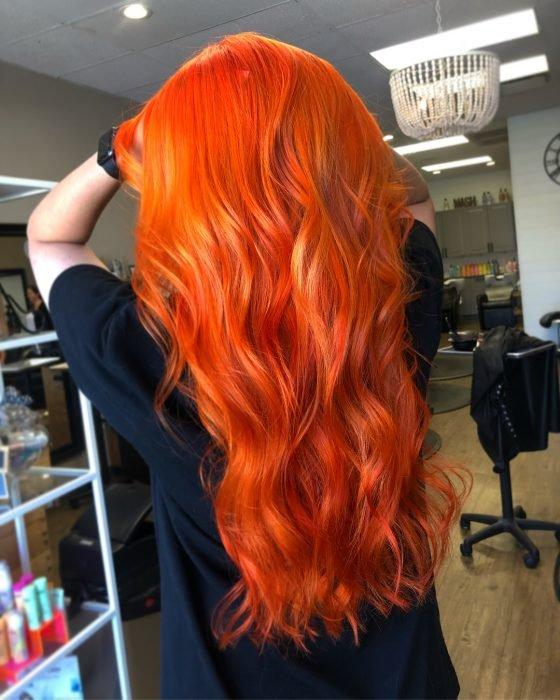 Garota com cabelo comprido tingido de laranja