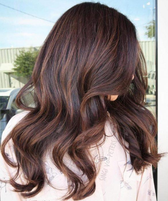 Menina com cabelo pintado de marrom ombré