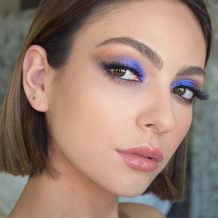 mulher olhos azuis prupura