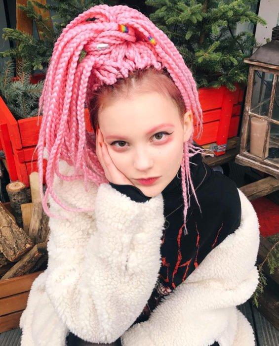 Looks com tranças africanas;  mulher cabelo longo rosa pastel estilo kawaii