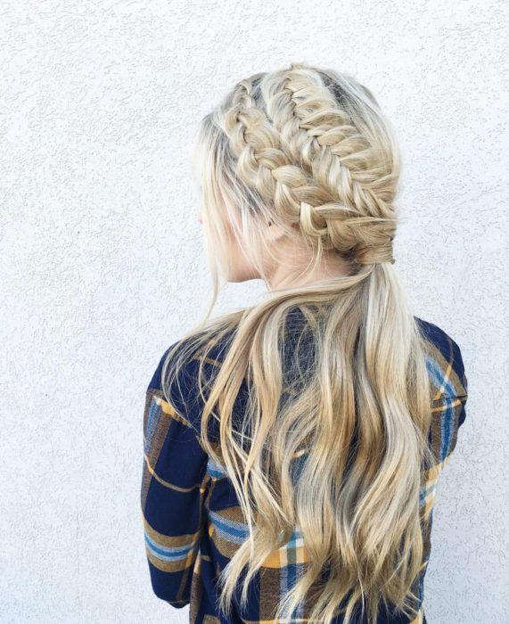 Idéias de penteados para o calor;  garota de cabelos loiros compridos com duas tranças diferentes e um rabo de cavalo baixo