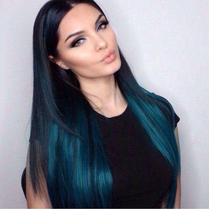 Garota de cabelo comprido com gradiente em azul-petróleo