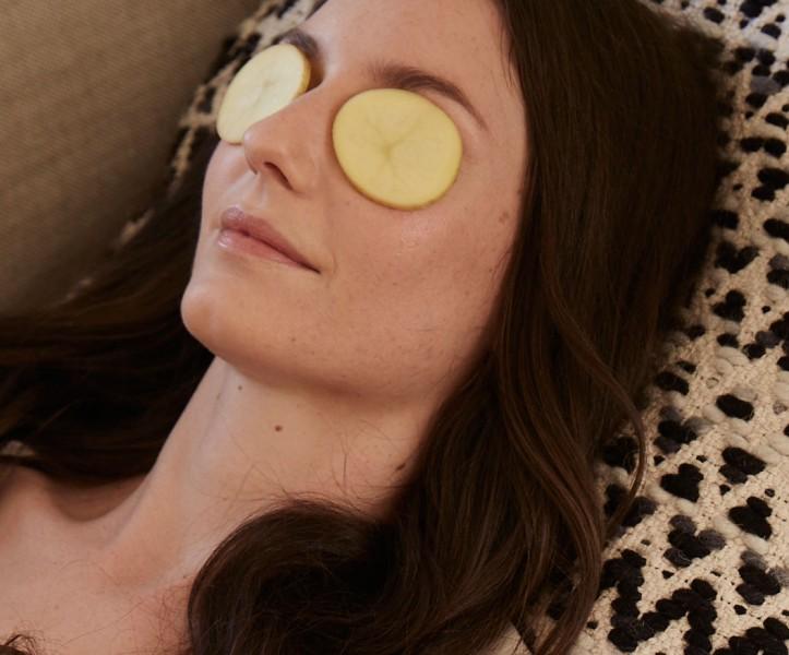 mulher com fatias de batata nos olhos