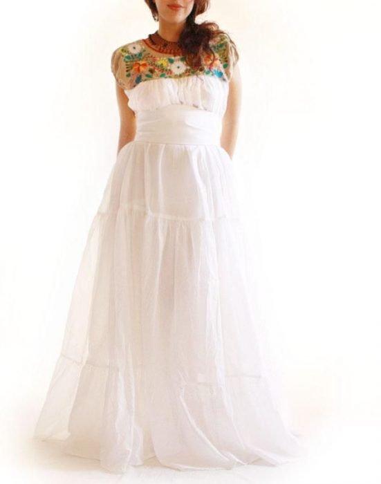 Garota usando um vestido com bordado estilo mexicano