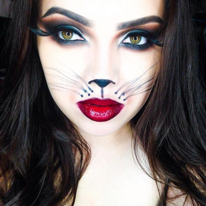 Menina com maquiagem de halloween de gato