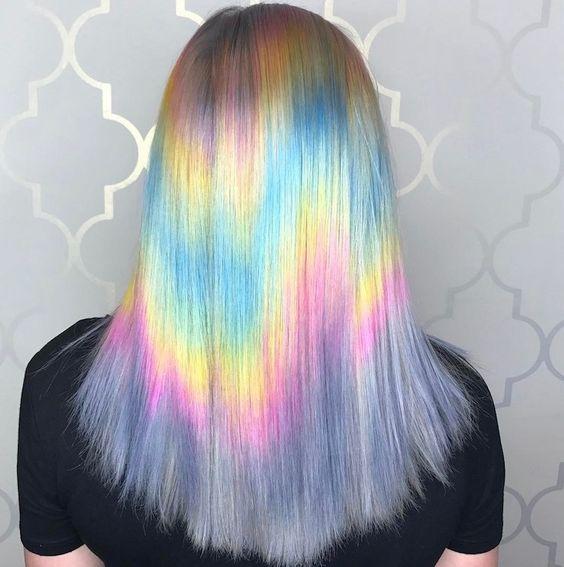 Garota por trás mostrando o cabelo com efeito holográfico em tons pastel