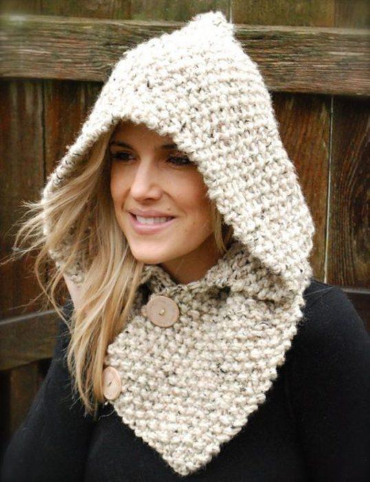 Menina usando chapéu de malha com lenço incluído