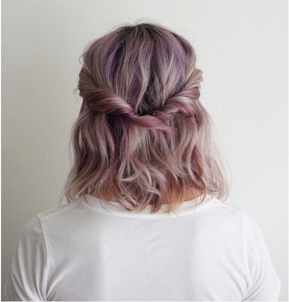 menina com cabelos coloridos