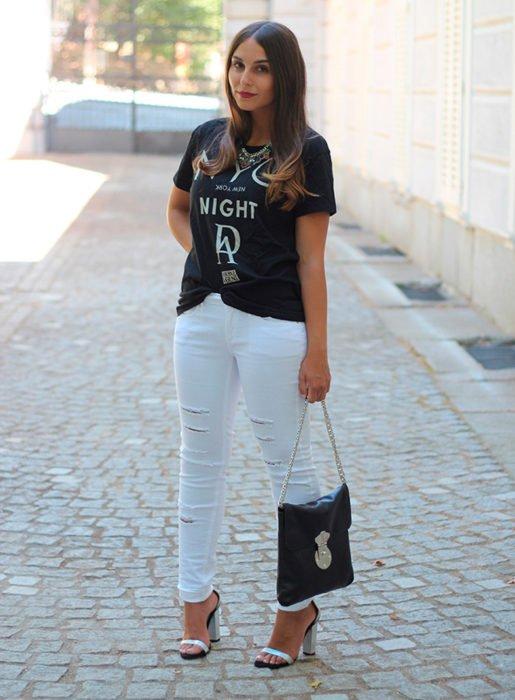 Garota vestindo um look com jeans branco
